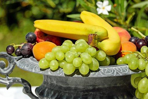 Konventionel frugt indeholder ofte pesiticidrester. Det betaler sig derfor at vælge økologisk.